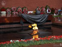 alp-2006-1212-004-flowers-eternal-flame-tomb-of-unknown-soldier