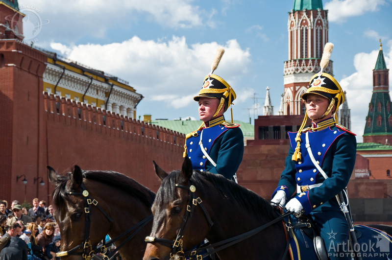 http://www.moscow-driver.com/photos/var/albums/moscow_sightseeing/guard_mounting_parade/ALP-2008-0426-077-cavalry-guards-and-kremlin-towers.jpg?m=1334401690