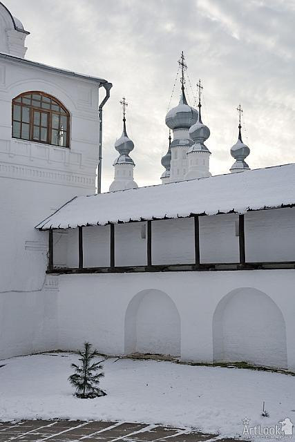 At the Fortified Wall of Pokrovsky Convent Before Snowfall