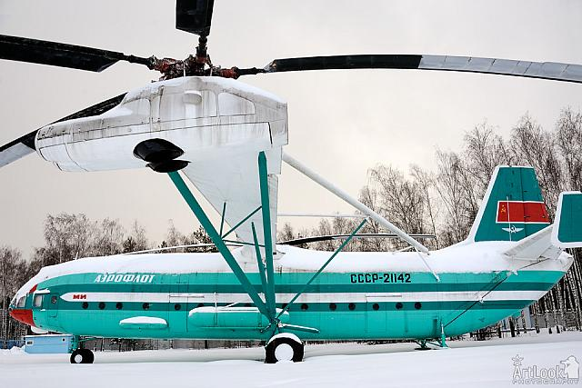Heavy Transport Helicopter Mil V-12 Under Snowfall (Side View)