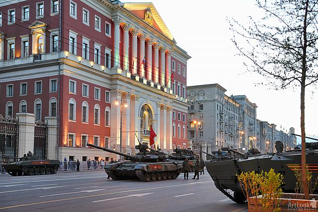 Tanks in front of the Mayor of Moscow