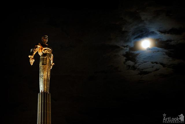 Looking to the Moon – The Statue of Yuri Gagarin