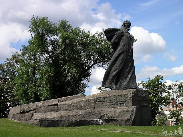 Monument to Taras Shevchenko in front of hotel Ukraina
