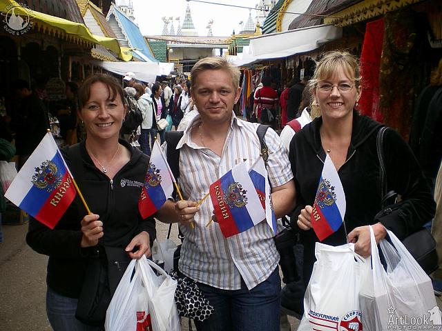 Moscow guide Arthur with clients from USA in Izmailovo market