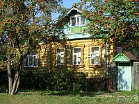 ALP-2004-0925-069-Suzdal-Rowen-near-wooden-house