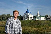 With background of Suzdal Kremlin